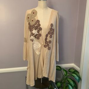 Delicate cardigan with appliqués and wooden beads
